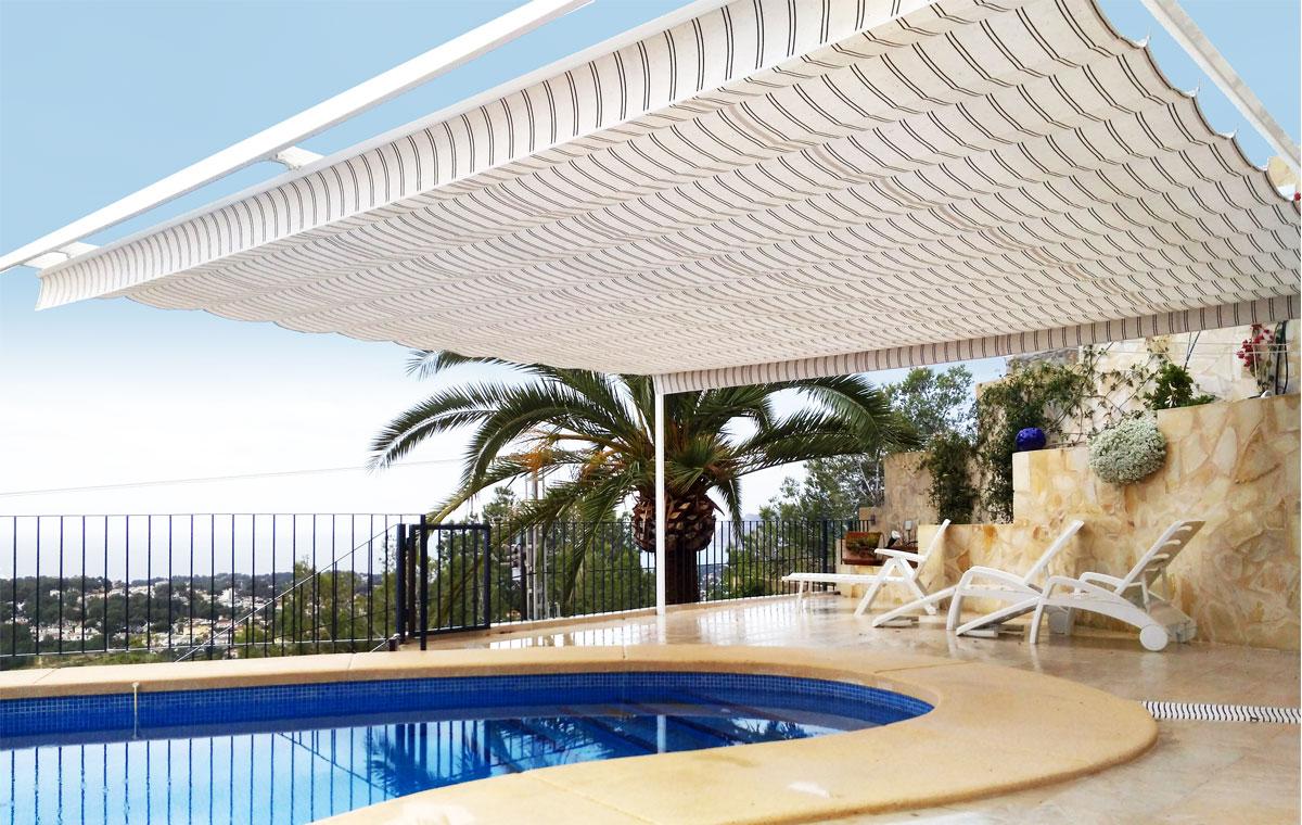 Imagen de toldo en una piscina